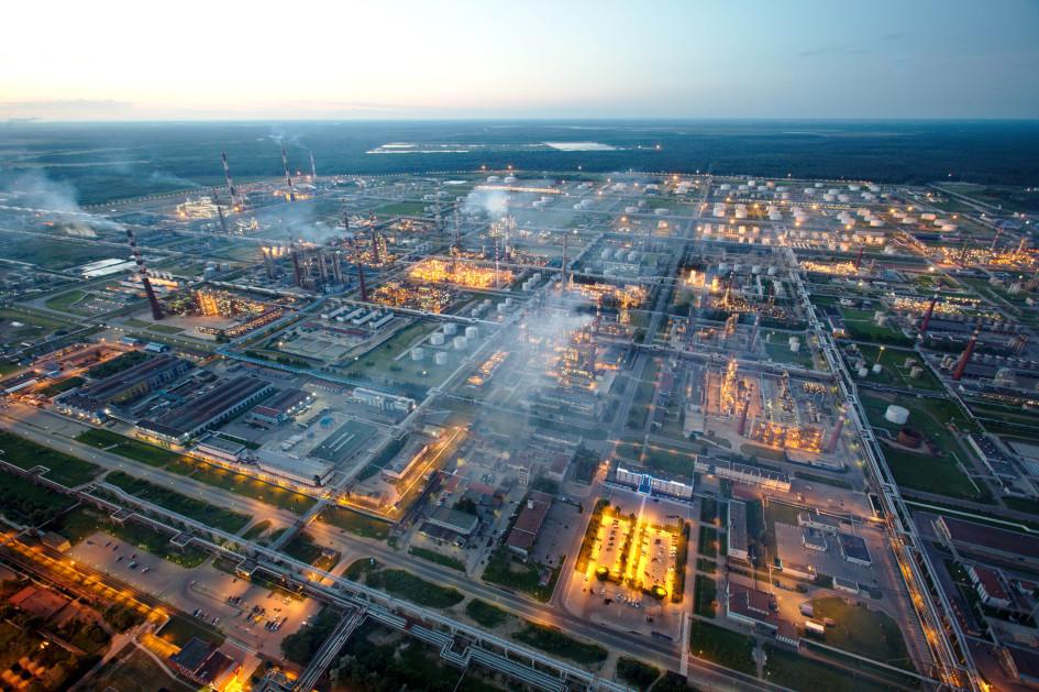 Нефтеперерабатывающее предприятие «Сургутнефтегаза» в Киришском районе Ленинградской области