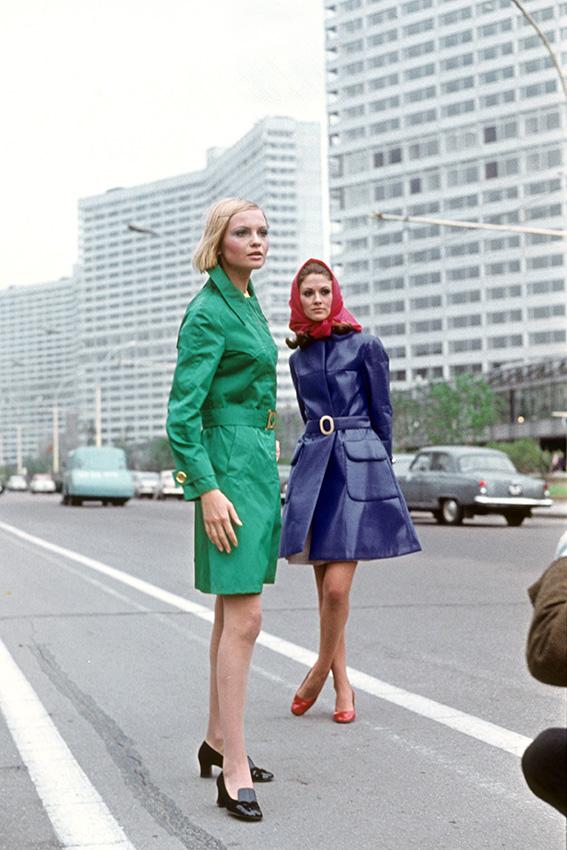 Манекенщицы демонстрируют новую коллекцию одежды на проспекте Калинина. 1969 год