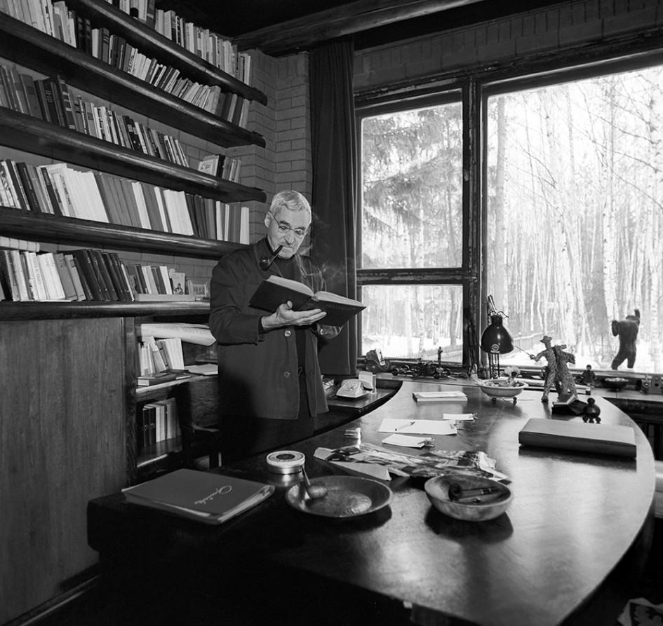Писатель Константин Симонов в своем кабинете. Московская область, 1975 год