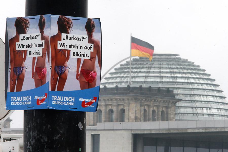 Предвыборный плакат «Альтернативы для Германии» с надписью «Бурка? Мы предпочитаем бикини»