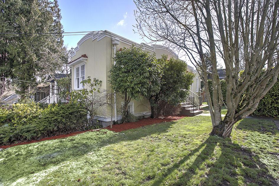 По своей форме этот одноэтажный желтый дом напоминает кусок пирога или пиццы. Его ширина в самой узкой части — всего 1,4 м