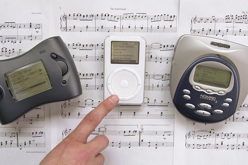Первый iPod (в центре)