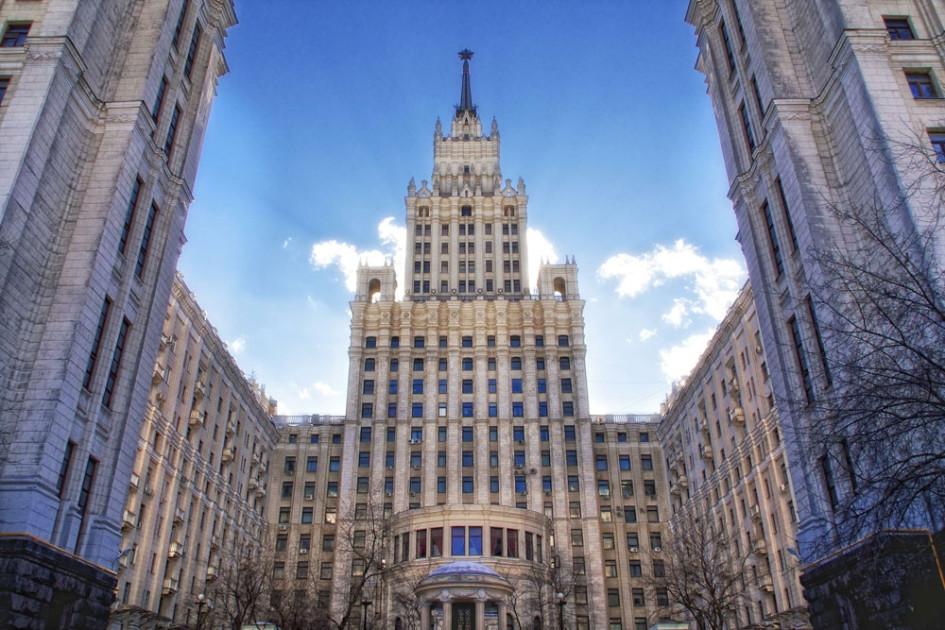 Здание было построено в 1952г. и состоит из 24-этажного центрального корпуса, занимаемого в настоящее время Корпорацией Трансстрой