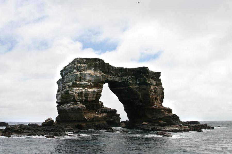 Скала Арка Дарвина на Галапагосских островах до обрушения