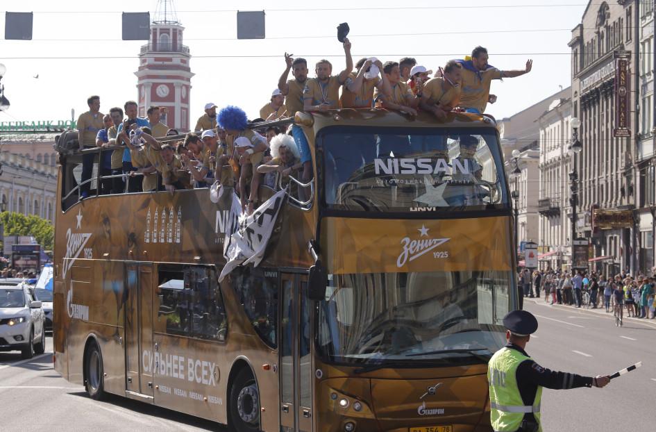 30 мая 2015. Игроки «Зенита» во время чемпионского парада