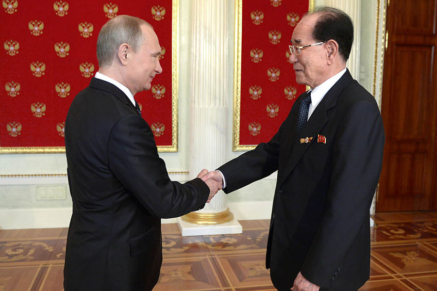 Президент Российской Федерации Владимир Путин (слева) и председатель президиума Верховного народного собрания КНДР Ким Ен Нам
