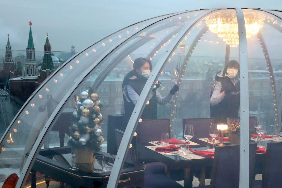 Сотрудники ресторанов должны быть в масках постоянно. Гости ресторанов за столом могут находиться без масок