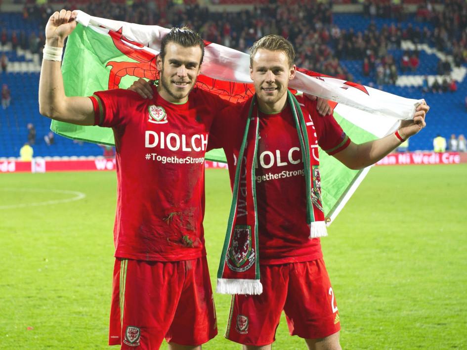 Гарет Бэйл (слева) и Крис Гантер празднуют выход сборной Уэльса на Евро-2016
