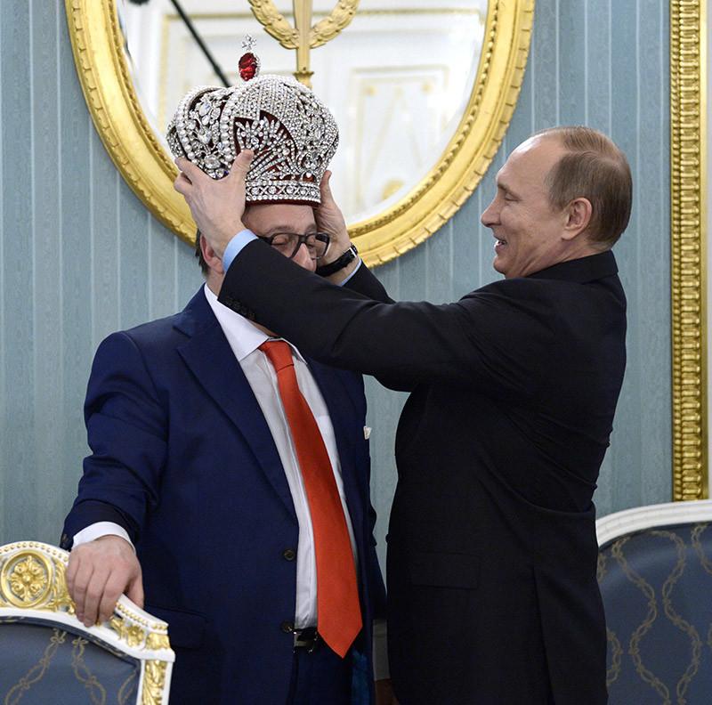 Владимир Путин водрузил наголову Геннадия Хазанова копию императорской короны, которую сатирик вручил главе государства