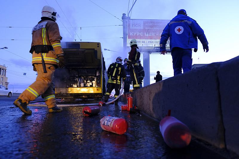 По предварительной информации, причиной пожара стало возгорание моторного отсека.