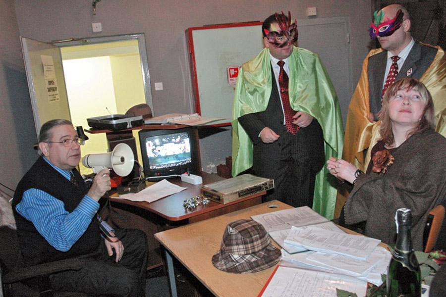 Артист эстрады Евгений Петросян (слева) во время съемок новогодней телепередачи «Кривое зеркало»