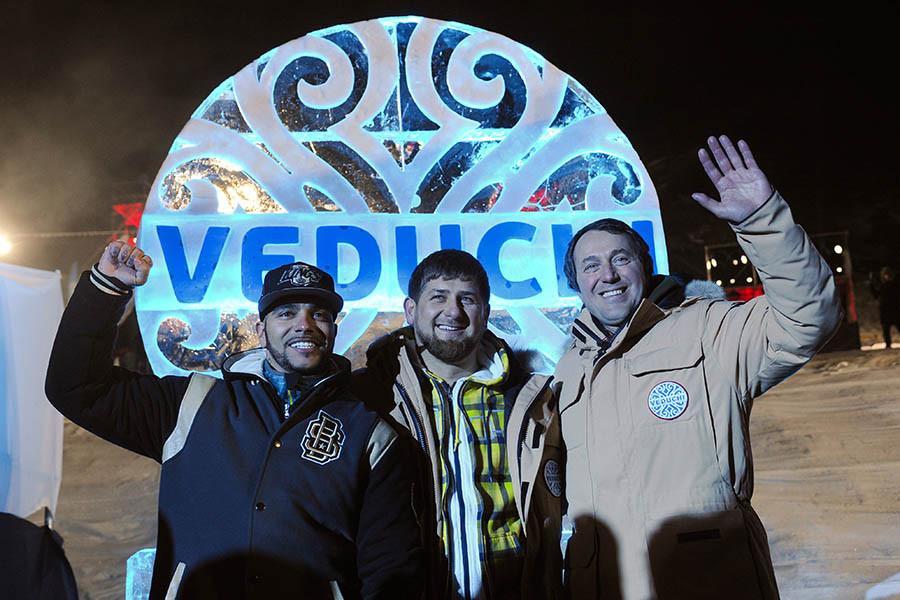 Тимур Юнусов, глава Чеченской Республики Рамзан Кадыров и бизнесмен Руслан Байсаров (слева направо) на горнолыжном курорте «Ведучи»