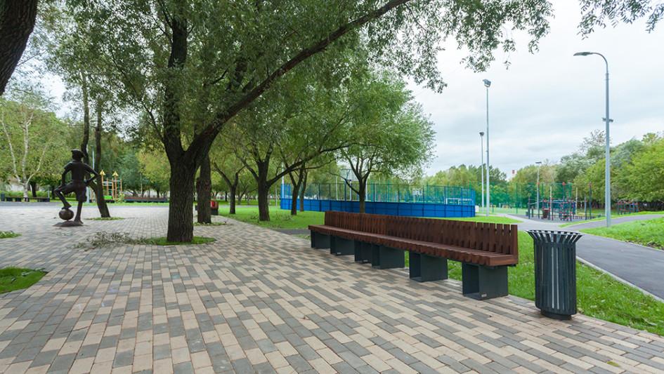 Парк в районе станции метро «Ботанический сад»