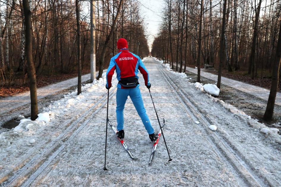 Лыжник в парке «Сокольники»