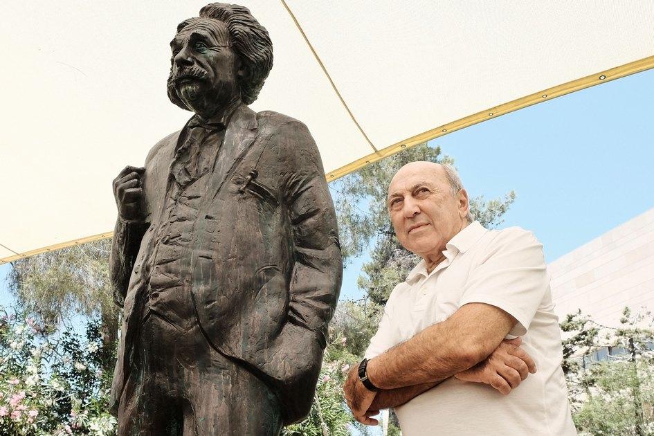 Памятник Альберту Эйнштейну работы Георгия Франгуляна у Еврейского университета в Иерусалиме
