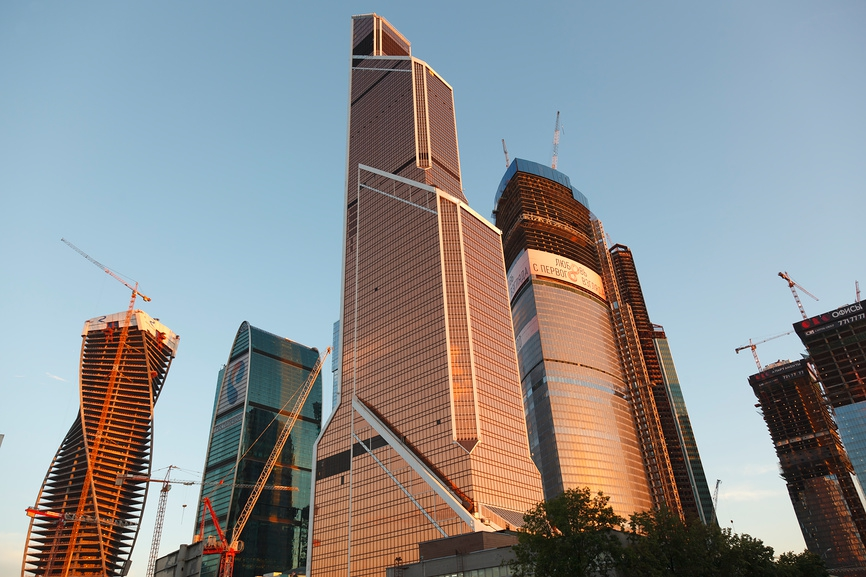 В Меркурий Сити 75 этажей. Общая площадь этажей небоскреба 180 тыс. кв. м, из которых 86 тыс. кв. м - офисы, 20 тыс. кв. м - апартаменты. Здание проектировали российский архитектор Михаил Посохин и его американский коллега Фрэнк Уильямс