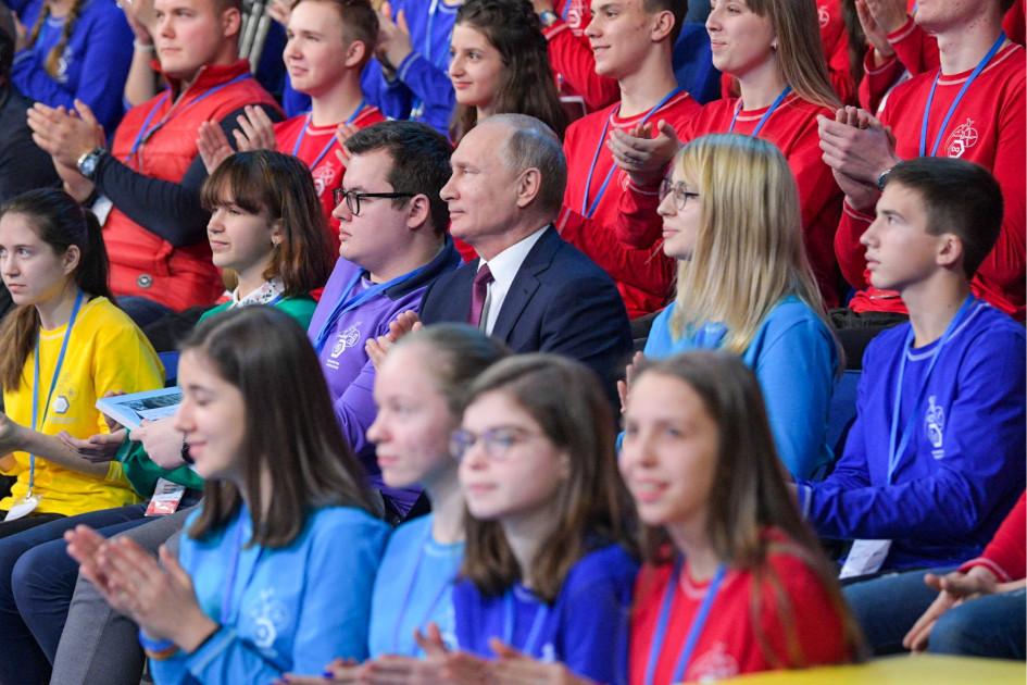 Президент РФ Владимир Путин (в центре)