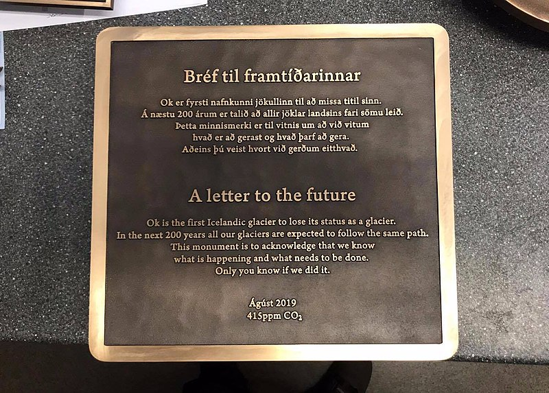 Мемориальная табличка на месте «гибели» Окйокуля— это еще и письмо в будущее. Исландцы говорят потомкам: «Мы знаем, что происходит и что нужно делать. Только вы узнаете, удалосьли нам это»