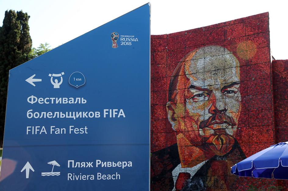 Сочи. Указатель на фестиваль болельщиков FIFA