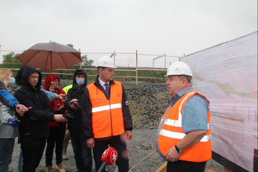 В настоящее время на строительной площадке четвертого моста работают порядка 100 новосибирцев, кадровый потенциал региона планируется использовать и в дальнейшем
