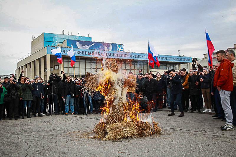 Сжигание чучела Реджепа Эрдогана нацентральной площади Симферополя
