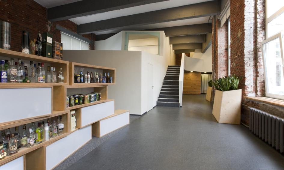 Еще одна интересная фишка офиса - это большая лестница, ведущая на второй уровень. Ее необычная форма притягивает взгляды