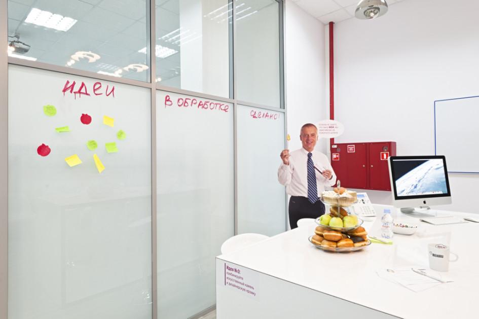 Минималистичный интерьер офисных помещений, помысли архитекторов, вдохновляет сотрудников нановые идеи