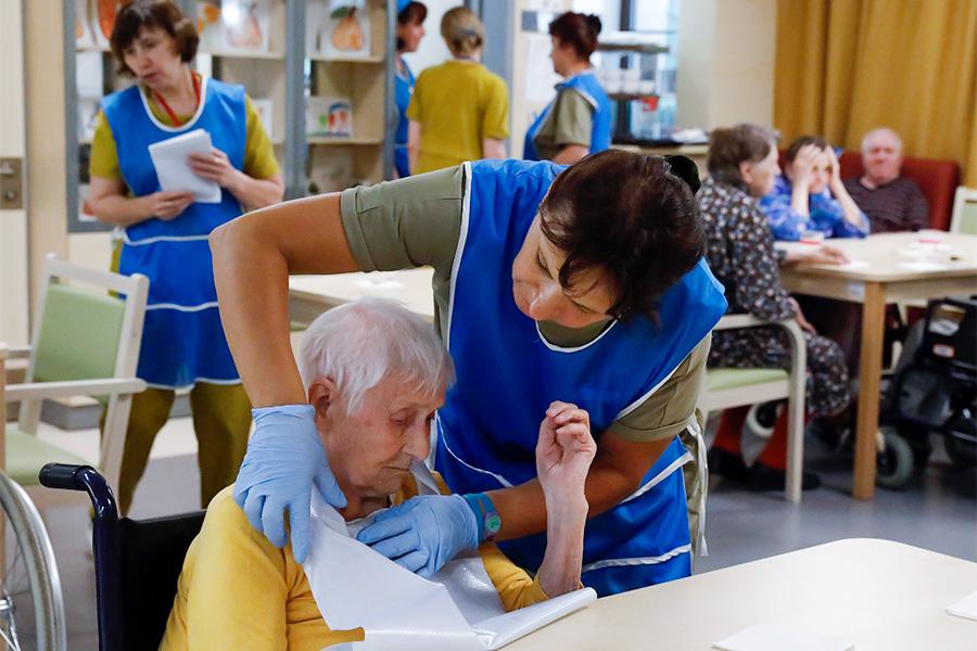 дом престарелых и медсестра