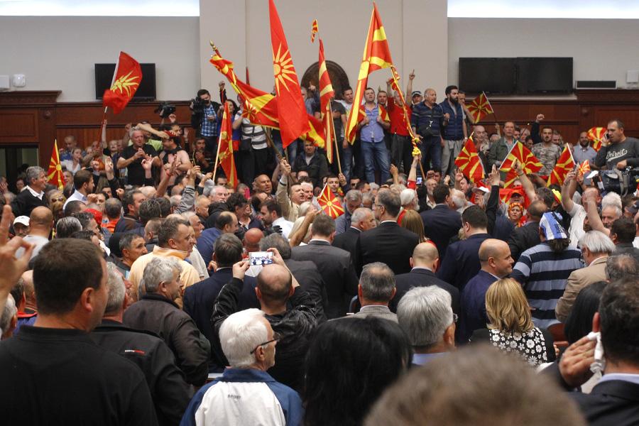 Протестующиев здании парламента Македонии