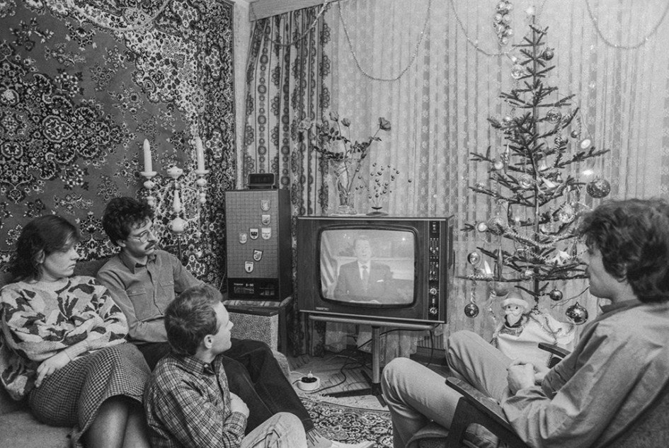 Семья инженеров Самородских иих гости слушают обращение президента США Рональда Рейгана, переданное посоветскому телевидению. 1988 год