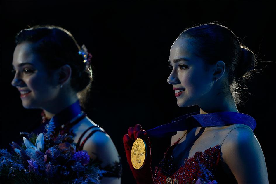 Евгения Медведева и Алина Загитована награждении на чемпионате Европы