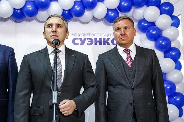 Губернатор Александр Моор (слева) ипредставитель акционеров группы компаний «Корпорация СТС» Алексей Бобров