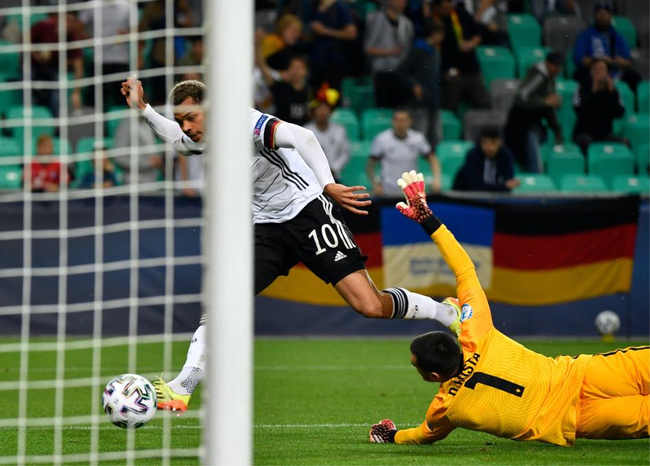 Нмеча забивает победный мяч в финале молодежного Евро