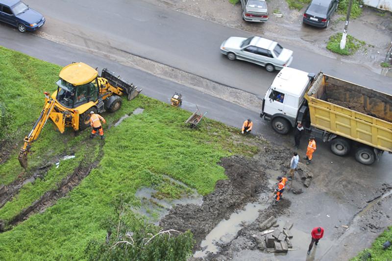 После замены бордюров приходится чинить прилегающую территорию: асфальт и газоны