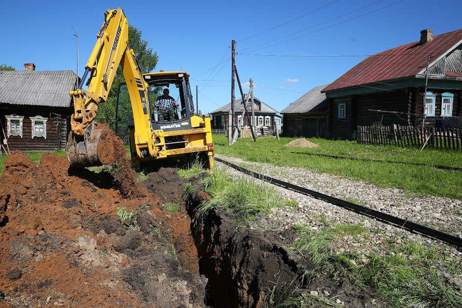 Рабочие прокладывают газопровод к жилым домам