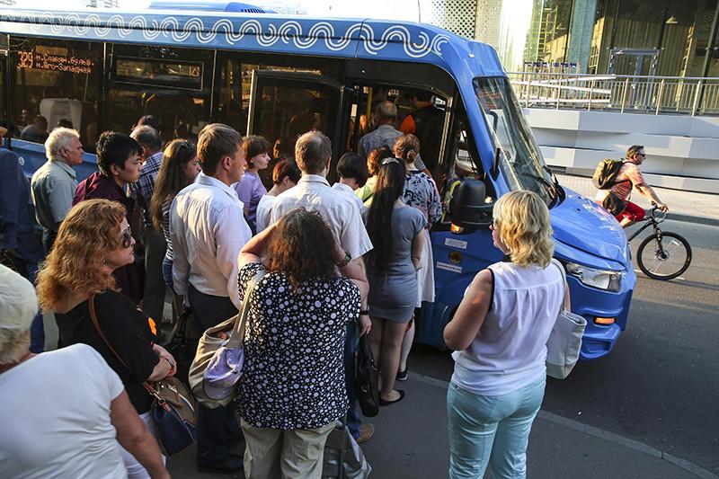 Очередь вмаршрутное такси слоготипом «Московский транспорт». Новые автобусы «Мосгортранса» заменили дублирующие автомобили наземного транспорта негосударственных перевозчиков
