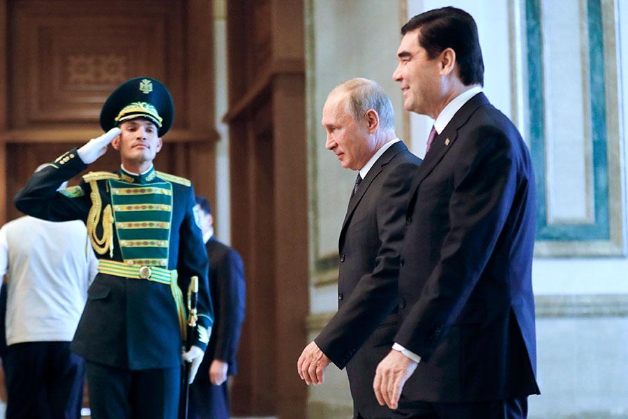 Владимир Путин и Гурбангулы Бердымухамедов (слева направо на первом плане)