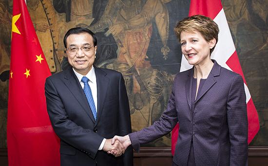 Премьер госсовета КНР Ли Кэцян и президент Швейцарии Симонетта Соммаруга на Давосском форуме