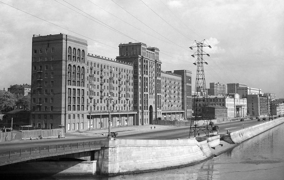 Строительство корпуса А, расположенного вдоль Москвы-реки. 1946 год