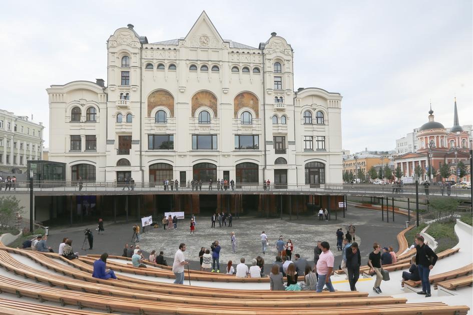 Вид на общественный атриум и пешеходную зону у стен Политехнического музея