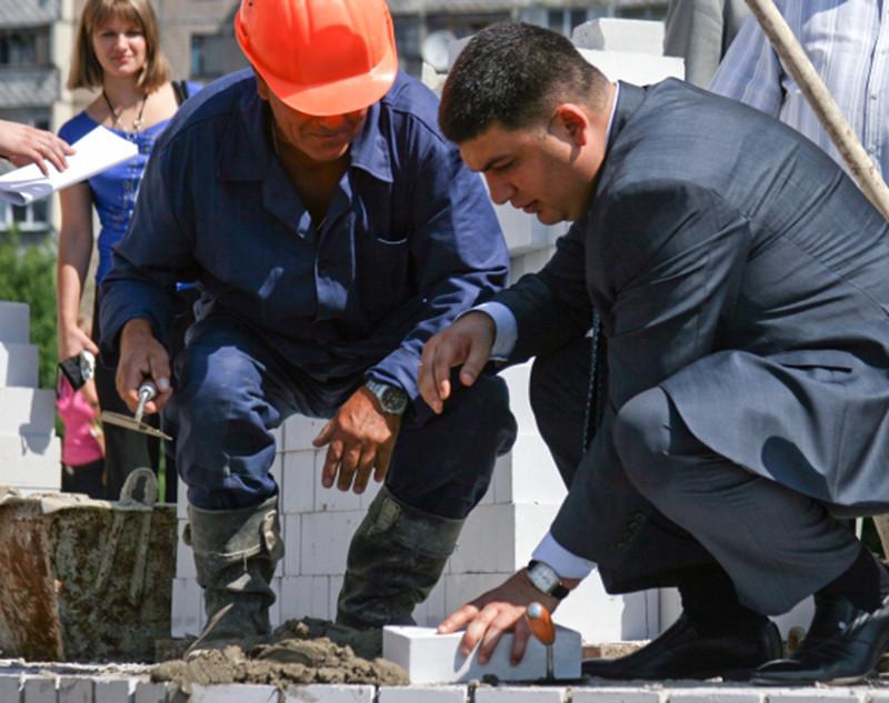 Мэр Винницы Владимир Гройсман во время началастроительства жилого дома для бюджетников, 2009 год