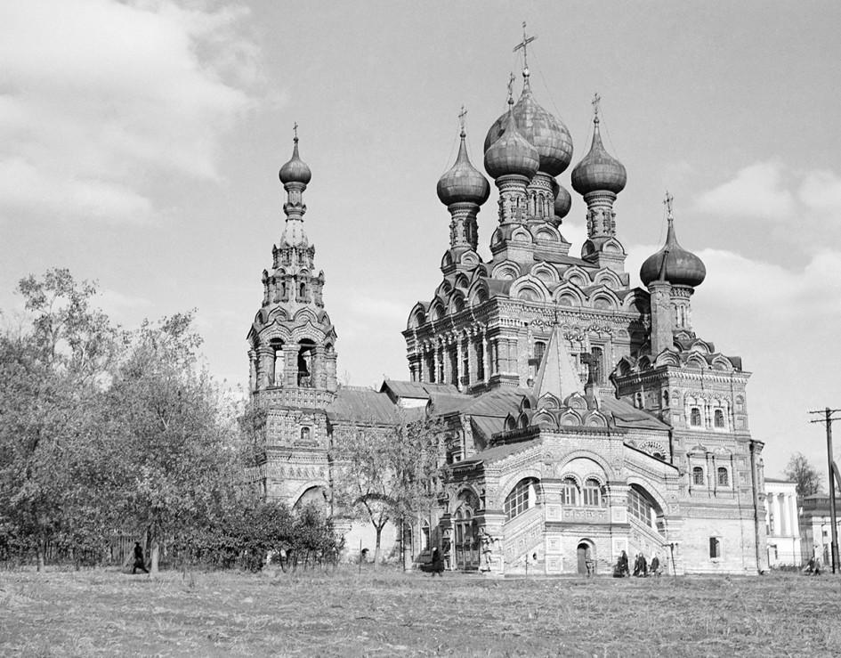 Церковь Троицы в Останкине, построенная в 1683 году. Фото 1946 года