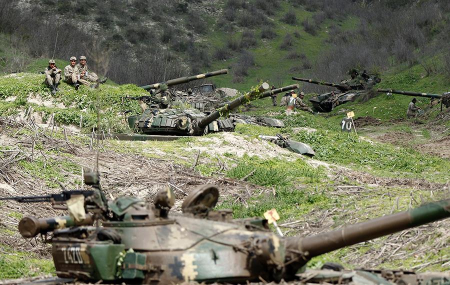Солдаты армии обороны Нагорного Карабаха возле села Мадагиз. 6 апреля 2016 года