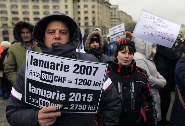 Демонстрация домовладельцев, взявших ипотечные кредиты в швейцарских франках, в Бухаресте, Румыния. 25 января 2016 года