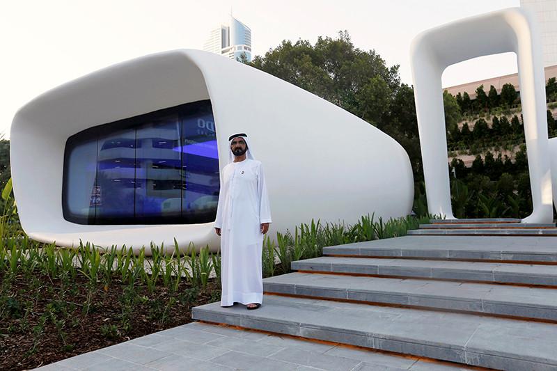 Премьер-министр ОАЭ Мохаммед ибн Рашид Аль Мактум во время посещения«Офисабудущего»— первого вмире офиса, напечатанногона3D-принтере. Дубай