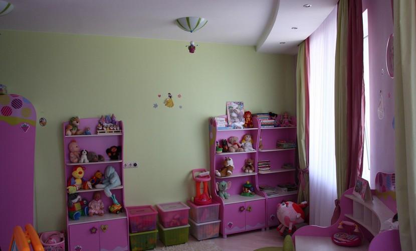 Игровая зона в комнате с выпуклой стеной