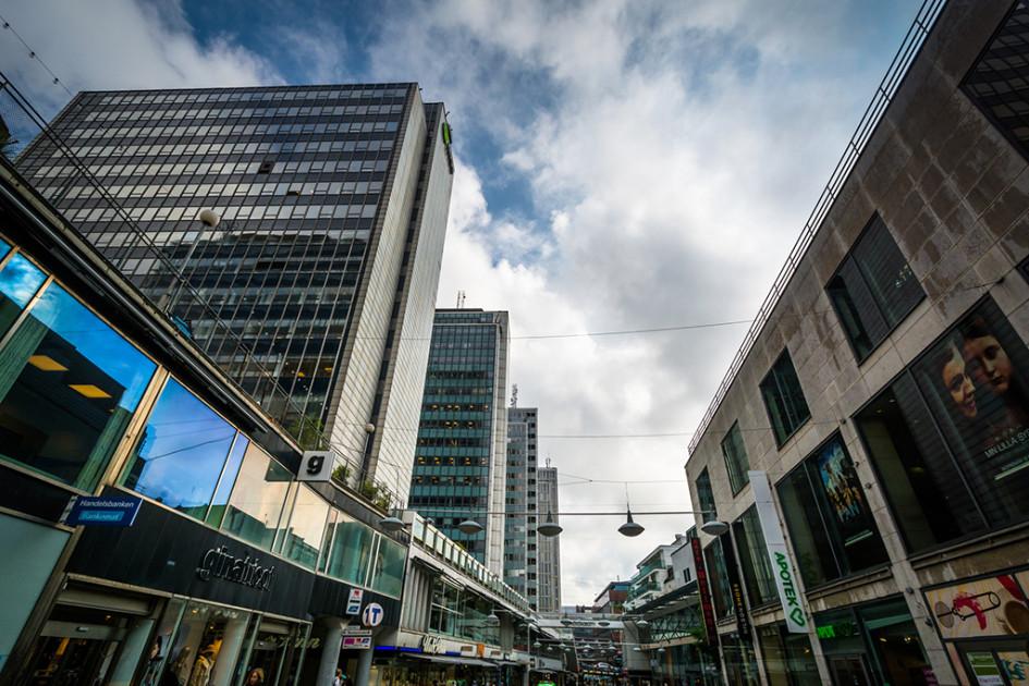 Комплекс зданий на едином стилобате на улице Сергельгатан в Стокгольме