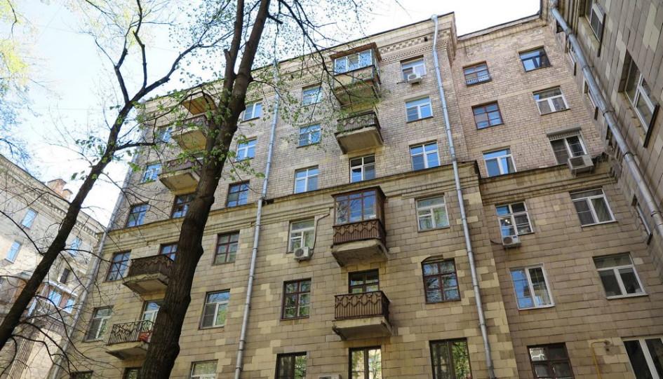 Надстроенный дом на улице Фадеева в Москве