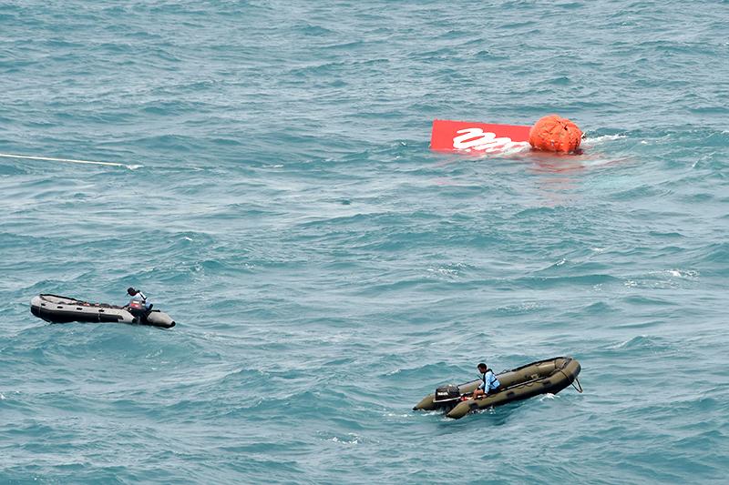 Хвостовая часть разбившегося Airbus А320 извлечена на поверхность специалистами ВМС Индонезии и МЧС России
