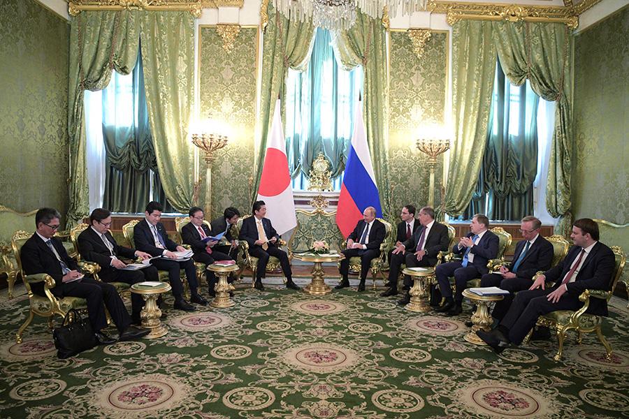 Владимир Путин и Синдзо Абэ (в центре)